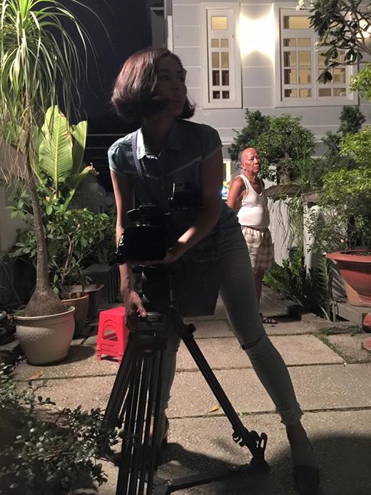 Vân Trang khiến fans tò mò và ngạc nhiên khi chia sẻ rằng mình sẽ làm nghề phụ để kiếm thêm thu nhập sau nghề diễn viên. Thật ra đây chỉ là những lời nói đùa mà Vân Trang cố tình trêu ghẹo các fans của mình. Hình ảnh được thực hiện trong lúc quay phim, nữ diễn viên ra tay phụ giúp đoàn và đã được một nhân viên chụp lại.