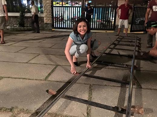 Thái Hòa chuẩn bị tinh thần hứng gạch, Angela Phương Trinh xoạc chân cực chuyên nghiệp