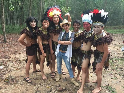 Diễn viên hài Thu Trang bất ngờ hóa thành anh chàng cao bồi bảnh bao cạnh những người rừng có khuôn mặt khá kinh dị. Có lẽ đây sẽ là một dự án tiểu phẩm hài mới mà Thu Trang và ekip đang bí mật thực hiện để dành tặng người hâm mộ.