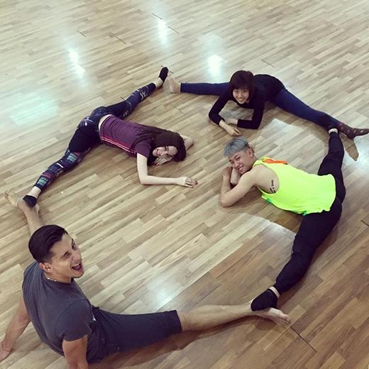 Bài tập luyện độ dẻo dai mà bạn nhảy dành choAngela Phương Trinhkhiến cho cac fans được một phen mắt chữ A mồm chữ O với cô nàng. Có lẽ với chế độ tập luyện tích cực và bài bản, nênPhương Trinhngày càng ra dáng một vũ công chuyên nghiệp hơn. Với cái đà của sự tiến bộ này, bà mẹ nhí sẽ trở thành một trong những đối thủ đáng gờm cho các thí sinh còn lại.