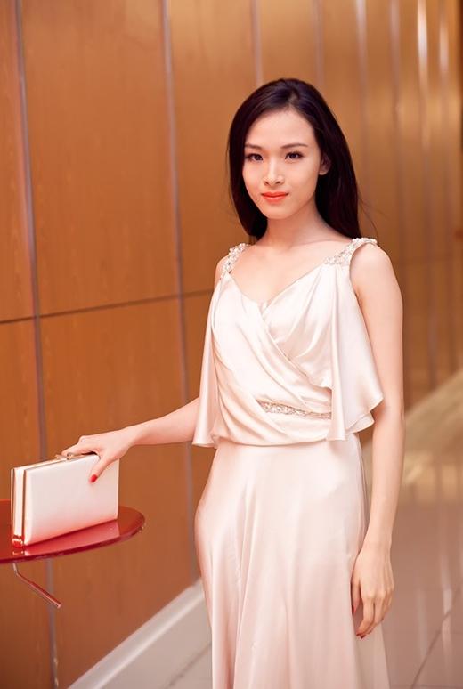 Trương Hồ Phương Nga cũng thường lựa chọn ví cầm tay đồng điệu với màu trang phục hoặc cùng tone màu