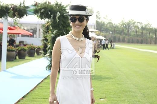 Hồng Nhung sang trọng trong bộ đầm trắng được khoét cổ sâu. - Tin sao Viet - Tin tuc sao Viet - Scandal sao Viet - Tin tuc cua Sao - Tin cua Sao