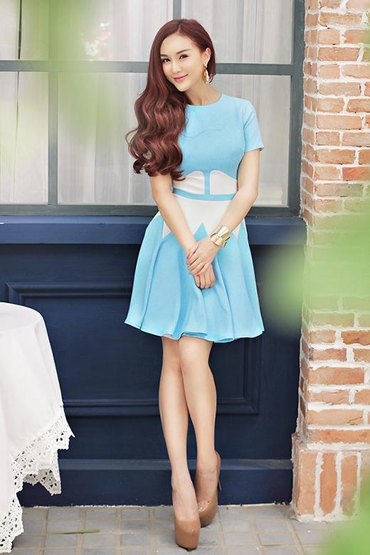Hotgirl Kelly Nguyễn dịu dàng với váy hoa