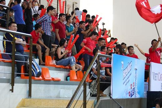 """Đại học RMIT đỏ cả một khán đài ngày khai mạc là một hình ảnh đẹp cho tinh thần """"Trường tôi là nhất"""""""