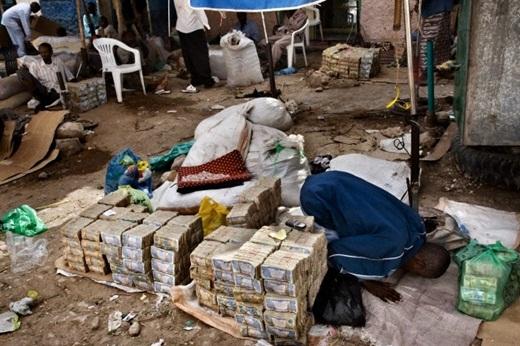 Tiền được chất đống, bày bán trên những sạp gỗ đơn sơ hay thậm chí để dưới đất. Các thương nhân ngồi phía sau quầy tiền với phong thái thư giãn mà không cần phải lo bảo vệ hay có việc cướp bóc xảy ra.