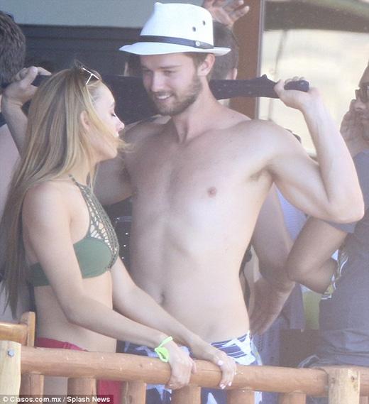 Lộ loạt ảnh Patrick thân mật với tình cũ khi vắng Miley Cyrus