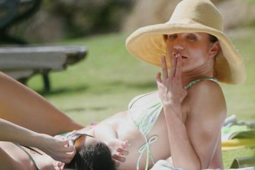 """Cô nàng """"thiên thần của Charlie"""" dường như không thể rời xa thuốc ngay cả trong những khoảng thời gian thoải mái nhất tại một bãi biển."""