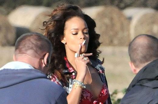 Việc nữ ca sĩ nghiện thuốc không phải là điều quá bí mật. Cô đã từng khoe rất nhiều những hình ảnh quyến rũ của mình khi đang hút thuốc trên Instagram, bìa tạp chí, album và tất cả mọi thứ khác.