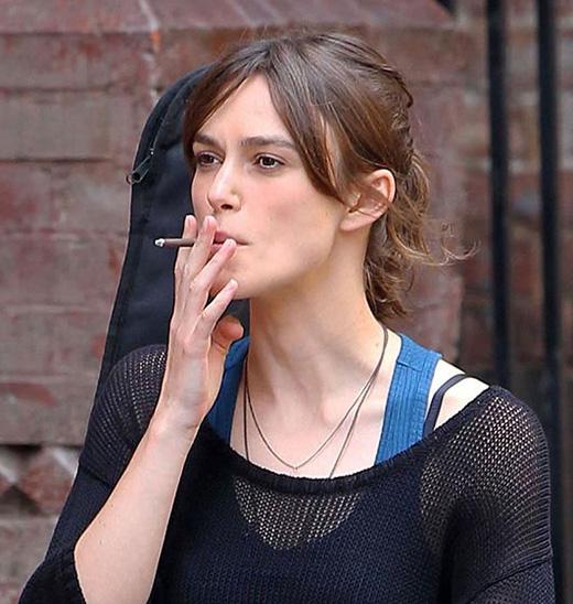 Đã có nhiều ý kiến khẳng định rằng, sự thay đổi đáng kể về cân nặng cơ thể của Kightley là do thói quen hút thuốc của cô.