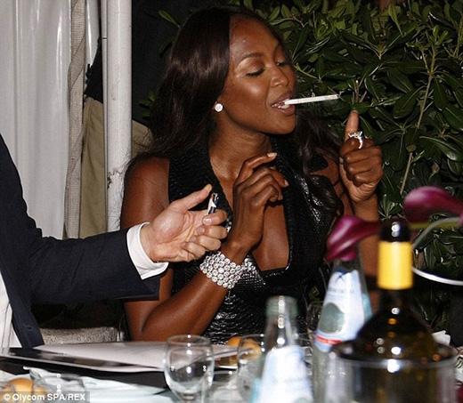 Người mẫu nổi tiếng đã từng chia sẻ về những nỗ lực của mình để bỏ thuốc nhưng cuối cùng lại đi đến tuyên bố rằng điều này khó hơn rất nhiều so với việc bỏ bia rượu.
