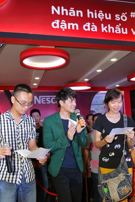 Ông Cao Thắng giao lưu cùng người chơi trong phần thử thách song ca bài hát NESCAFÉ - Tin sao Viet - Tin tuc sao Viet - Scandal sao Viet - Tin tuc cua Sao - Tin cua Sao