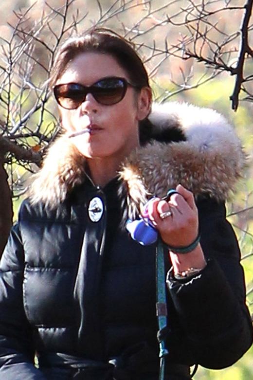 Ngay cả sau khi chồng của cô phải vật lộn với căn bệnh ung thư họng, Cath vẫn không bỏ được thuốc. Nicotine đã trở thành một thứ không thể thiếu đối với nữ diễn viên.