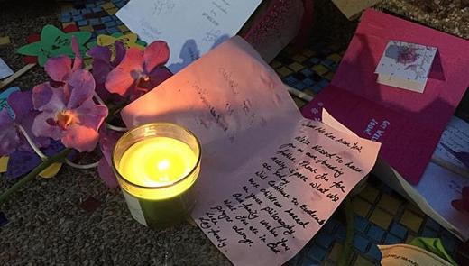 Phía ngoài tòa nhà nơi ông Lý nằm, người dân Singapore đặt bưu thiếp, hoa và nến cầu cho cựu thủ tướng mau bình phục.