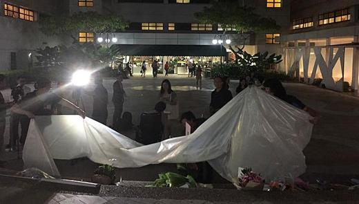 Theo The Straits Times, nhân viên bệnh viện lấy nilon che cho những tấm thiệp và hoa của người dân mang đến cho ông Lý khi trời bắt đầu mưa. Tạnh mưa, họ lại xếp nilon lại.