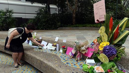 Cựu thủ tướng Lý Quang Diệu đang được điều trị tại Bệnh viện Đa khoa Singapore (SGH) từ hôm 5/2 vì bị viêm phổi nặng. Thông tin mới nhất về tình hình sức khỏe của ông Lý được Văn phòng thủ tướng (PMO) cập nhật hôm qua cho biết, bệnh tình của cựu thủ tướng vẫn rất nặng.