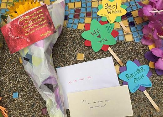 """Nhiều người còn gửi cả thư và ngôi sao may mắn ghi Mong ông sớm bình phục hay Chúng tôi yêu quý ông""""."""