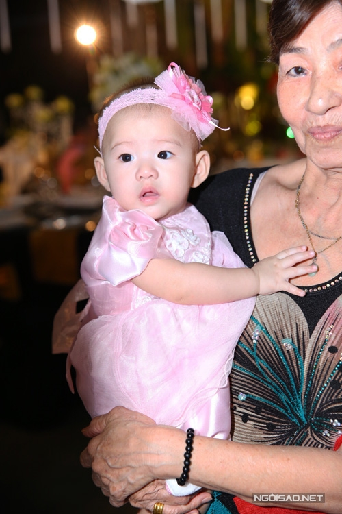 Trong khi đó, cô em Scarlet được một người thân bé. Bé mới 5 tháng tuổi. - Tin sao Viet - Tin tuc sao Viet - Scandal sao Viet - Tin tuc cua Sao - Tin cua Sao