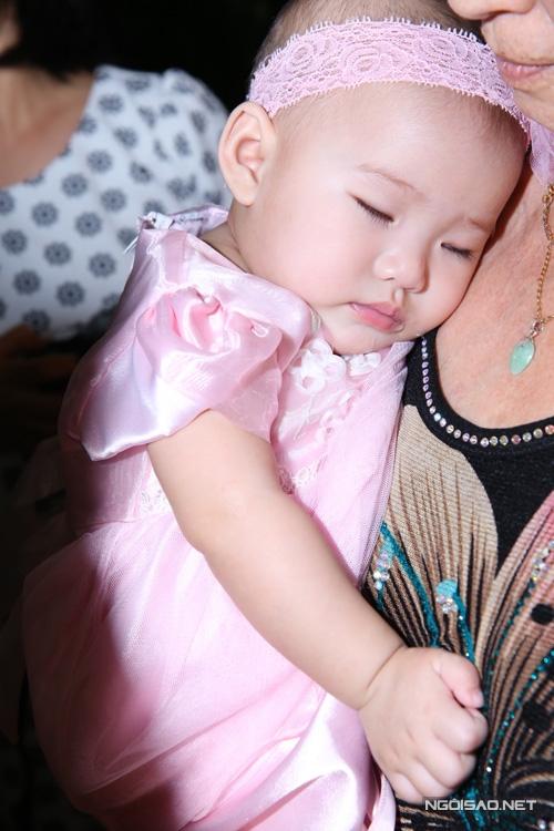 Mới xuất hiện được một lúc, Scarlet ngủ ngon lành trên tay bà. - Tin sao Viet - Tin tuc sao Viet - Scandal sao Viet - Tin tuc cua Sao - Tin cua Sao