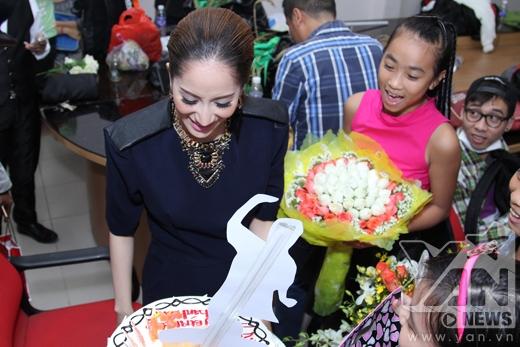 Ngoài chiếc bánh kem khá to, Khánh Thy còn được nhận rất nhiều hoa từ các bé. - Tin sao Viet - Tin tuc sao Viet - Scandal sao Viet - Tin tuc cua Sao - Tin cua Sao