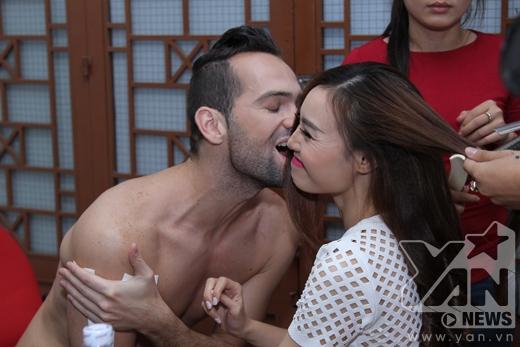 Được Lan Ngọc chăm sóc tận tình, Daniel cảm động dành cho cô nàng một nụ hôn. - Tin sao Viet - Tin tuc sao Viet - Scandal sao Viet - Tin tuc cua Sao - Tin cua Sao