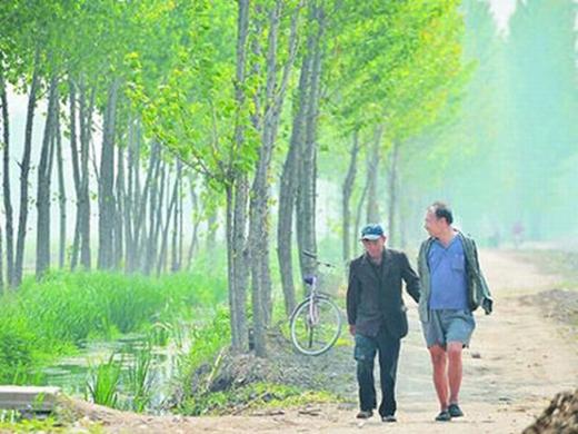 Đôi bạn già khuyết tật cùng nhau trồng hơn 10.000 cây trong suốt 10 năm