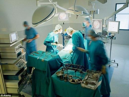 Xúc động hình ảnh bác sĩ đau khổ vì không cứu được bệnh nhân