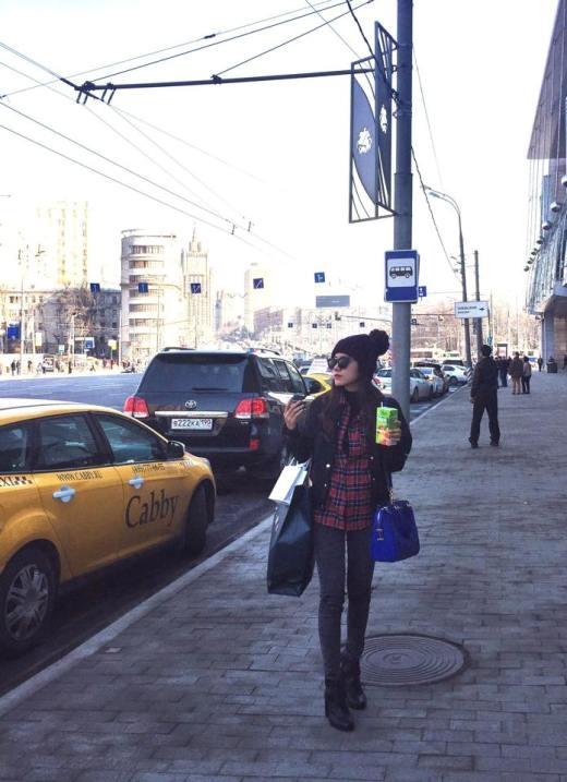Phương Ly cá tính với bộ đồ năng động tại Moskva. Cô nàng tỏ ra rất hào hứng với chuyến đi chơi xa lần đầu tiên của mình. Dù nhiệt độ tại Moskva có 3 độ nhưng cô nàng trông vẫn chăm chỉ tung tăng ngoài phố.