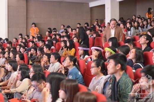 Rất đông các bạn học sinh, sinh viên và các bậc phụ huynh đã đến xem Đêm Chung Kết cổ vũ cho các thí sinh tài năng.