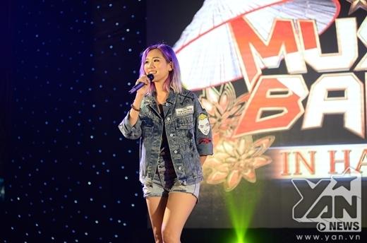 Min - cô ca sĩ tóc tím xuất hiện trên sân khấu ngay lập tức thu hút sự chú ý. Nữ ca sĩ chia sẻ cô rất mong chờ màn trình diễn của nhóm nhạc EXO trong concert tới đây làm các fan của EXO không khỏi phấn khích. - Tin sao Viet - Tin tuc sao Viet - Scandal sao Viet - Tin tuc cua Sao - Tin cua Sao