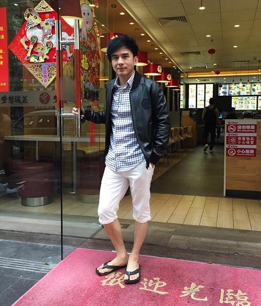 Đan Trường gây sốt với trang phục cực giản dị khi đi du lịch tại Trung Quốc. Với chiếc quần lửng ngang đầu gối kết hợp với áo sơ mi kẻ sọc và đôi dép kẹp huyền thoại, anh Bo đã khiến người hâm mộ phát sốt với kiểu trang phục hiếm thấy này. Đan Trường chia sẻ rằng đã 2 năm rồi anh không quay lại với Trung Quốc nên chuyến du lịch này khiến anh khá thích thú khi nhớ lại nhiều kỷ niệm trong lần đi trước.