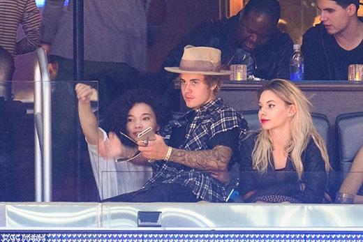 Justin Bieber âu yếm ngồi vào lòng gái lạ
