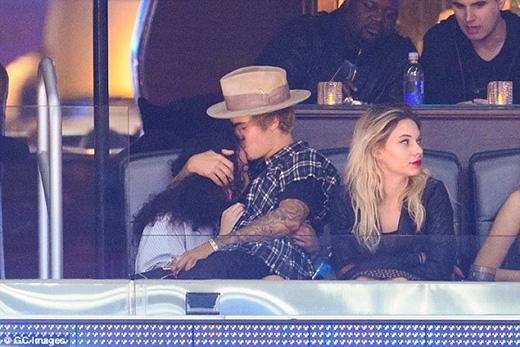 Justin không ngại ngùng hôn người bạn gái tại nơi công cộng