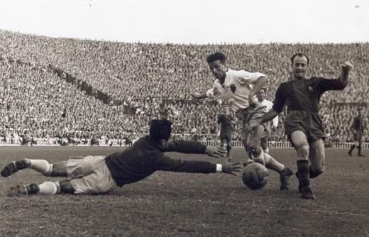 Alvarez có 16 năm đầu quân cho Barca (1939-1955). Trong thời gian này, ông ghi 192 bàn sau 287 trận tại La Liga. Cố tiền đạo 74 tuổi ghi 14 bàn trong các cuộc đụng độ với đội Hoàng gia Tây Ban Nha.