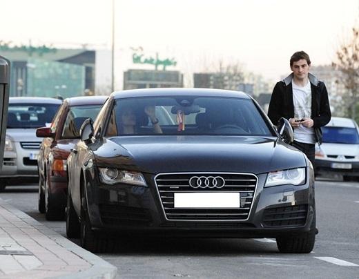 Có mức lương 7,5 triệu euro mỗi năm, Iker Casillas không khó để sở hữu Audi A6. Đây là chỉ là chiếc xe thuộc hạng sang khi có giá chưa đến 100.000 bảng.