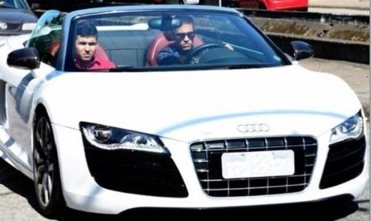 Neymar đứng sau Ronaldo và Messi về mức độ giàu có. Anh sở hữu tài sản trị giá 135 triệu euro. Ngôi sao của Barca sẵn sàng chi 148.000 bảng để mua AUDI R8 GT màu trắng.