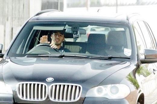 Luis Suarez thích sử dụng BMW X5. Trị giá của xế hộp này rơi vào khoảng 175 nghìn bảng. Ngoài ra, anh còn sở hữu Range Rover Sport và Audi A8.
