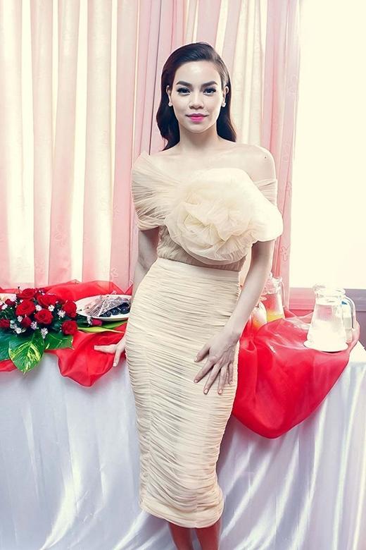 Cũng với gam màu be, Hà Hồ lại chọn thiết kế đầm cocktail với họa tiết hoa hồng 3D nổi bật trên ngực áo. Chất liệu voan lụa nếp gấp trên toàn thân váy tạo cảm giác mềm mại, uyển chuyển.