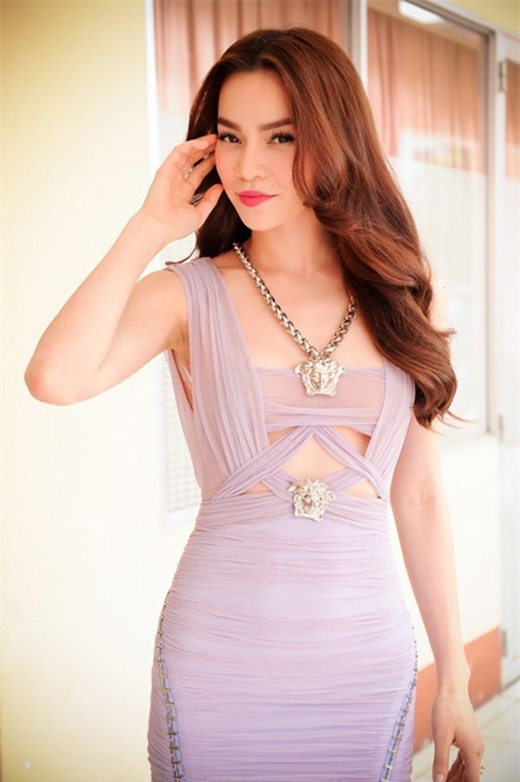 Vẫn ứng dụng kỹ thuật tạo nếp gấp trên nền chất liệu voan lụa, chiếc váy cocktail với gam màu tím pastel lại giúpHà Hồkhoe khéo cơ thể với những đường cắt xẻ táo bạo nơi ngực váy.