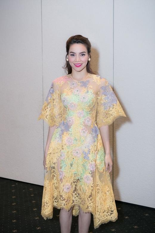 """Thiết kế váy quây với phần tay và chân váy được cắt cúp theo dáng của họa tiết khá độc đáo. Mẫu thiết kế này nằm trong bộ sưu tập""""Công nương Hà Nội""""của nhà thiết kếLý Quí Khánh."""