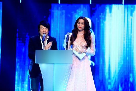 Trên sân khấu của HTV Award 2013, chọn mặt gửi vàng cho nhà thiết kế Lý Quí Khánh, thiết kế váy xòe cổ điển mang đến cho nữ hoàng giải trí một hình ảnh hoàn toàn mới bởi sự hài hòa giữa sự quyến rũ và tinh thần gợi cảm từ thiết kế đến chất liệu được sử dụng.