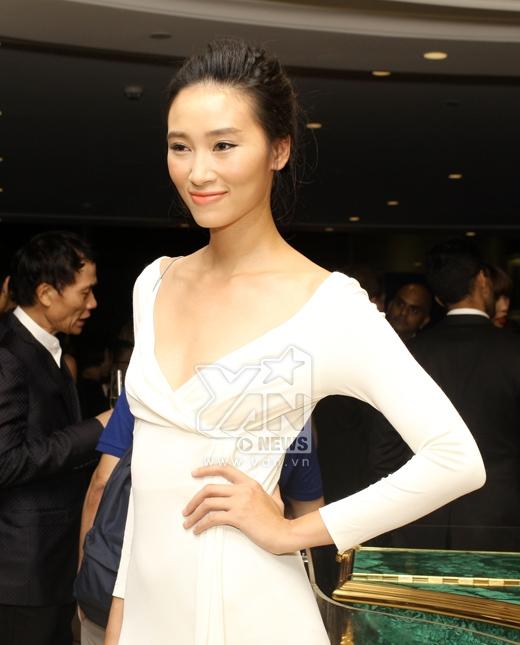 Trang Khiếu khoe khéo thân hình cò hương với chiếc đầm trắng dài đến từ thương hiệu Versace. Tuy nhiên, phần cổ quá sâu làm lộ rõ khuyết điểm vòng 1 khiêm tốn của Quán quân Next Top Model mùa đầu tiên.