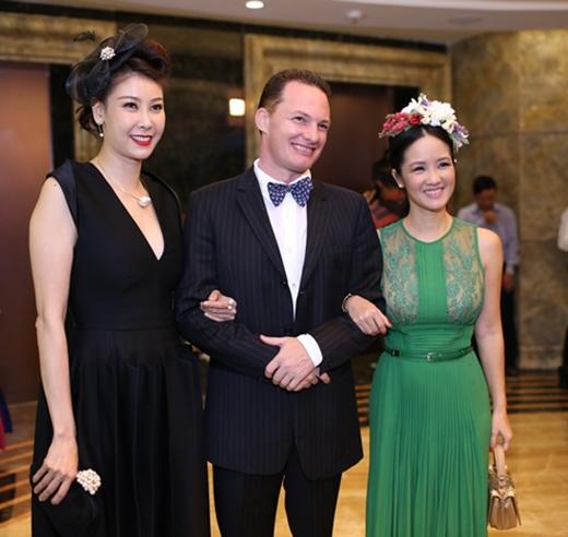 Tương tự Hồng Nhung, hoa hậu Hà Kiều Anh cũng mất điểm bởi phụ kiện cài tóc sến sẩm đi kèm với bộ váy đen phong cách cổ điển.