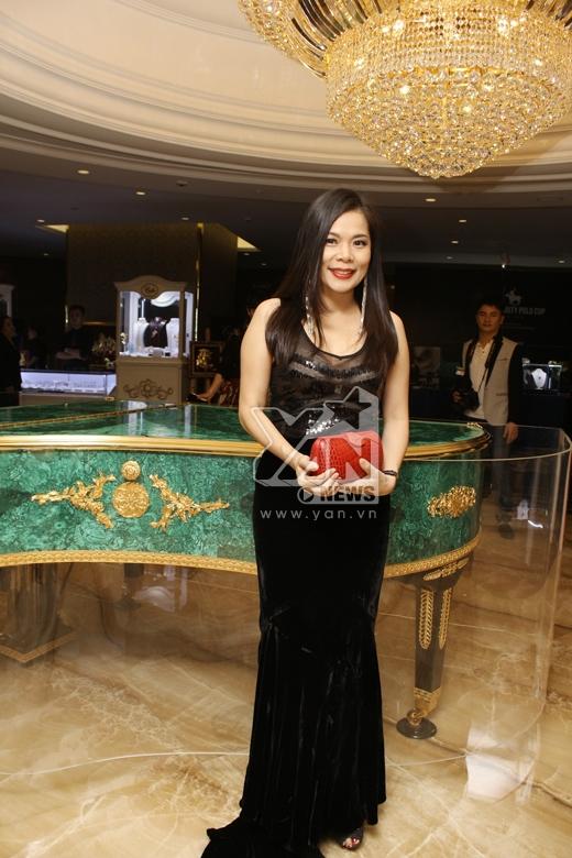"""Những """"hạt sạn"""" trên trang phục sao Việt tuần qua"""