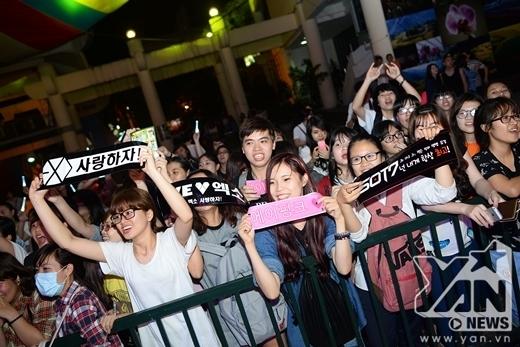 Đã có rất đông fan của cả 7 nhóm nhạc Hàn Quốc đến tham gia sự kiện và làm nóng bầu không khí ngay từ lúc bắt đầu. - Tin sao Viet - Tin tuc sao Viet - Scandal sao Viet - Tin tuc cua Sao - Tin cua Sao