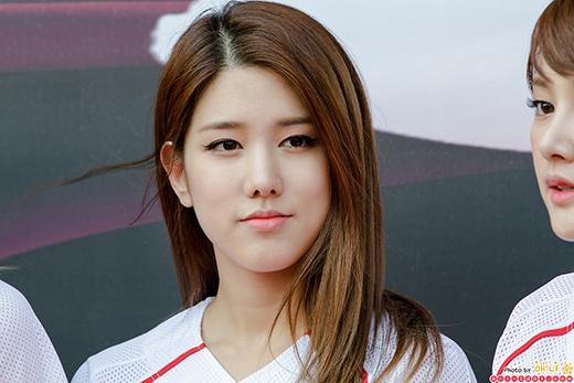 Cư dân mạng đoán Jiwon là thần tượng nữ ngồi trong xe.