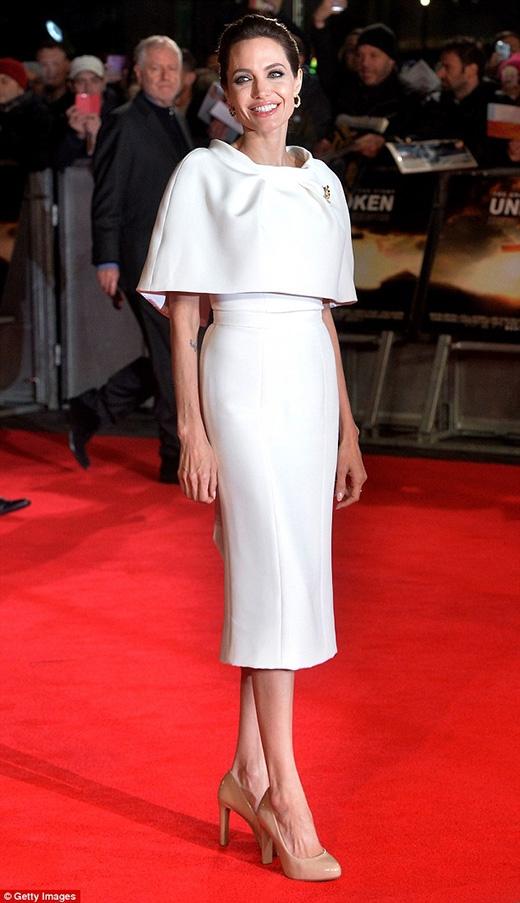 Ngắm vẻ đẹp trong sáng không tì vết của Angelina Jolie tuổi 18