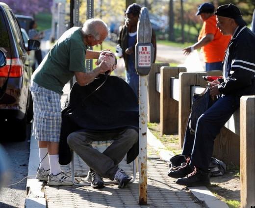 Người thợ cắt tóc này đã ra một cái giá đặc biệt cho mỗi lần cắt tóc của mình: Một cái ôm.