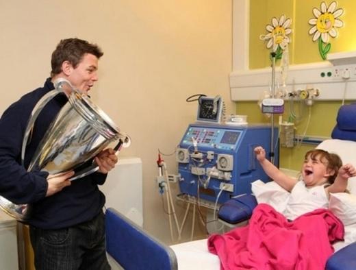 Cầu thủ bóng bầu dụcBrian O' Driscoll bất ngờ đến thăm một em bé đang điều trị tại bệnh viện vốn cũng là một fan trung thành của anh.