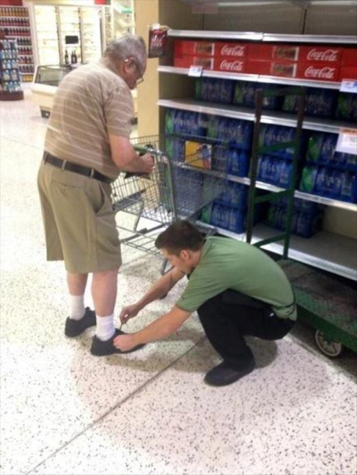 Một nhân viên siêu thị đang cột dây giày cho một cụ già. Sự chăm sóc chu đáo này thật đáng yêu phải không nào?!