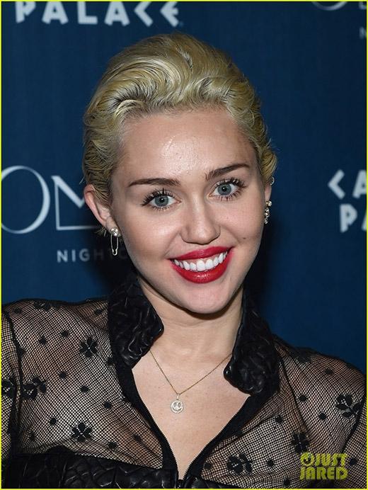 Nữ ca sĩ vẫn tươi cười rạng rỡ sau scandal của bạn trai